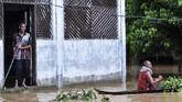 Banjir terjadi karena Sungai Teunom di Blang Baro, Aceh Jaya, Aceh. Luapan Sungai Teunomdan tiga sungai lainnya mengakibatkan tujuh kecamatan digenangi banjir hingga ketingggian 1,5 meter di Kabupaten Aceh Jaya. (CHAIDEER MAHYUDDIN / AFP)