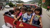 Sejak akhir pekan lalu, mereka bersiap di dalam karavan-karavan besar bersama keluarga mereka. (Reuters/Jorge Cabrera)