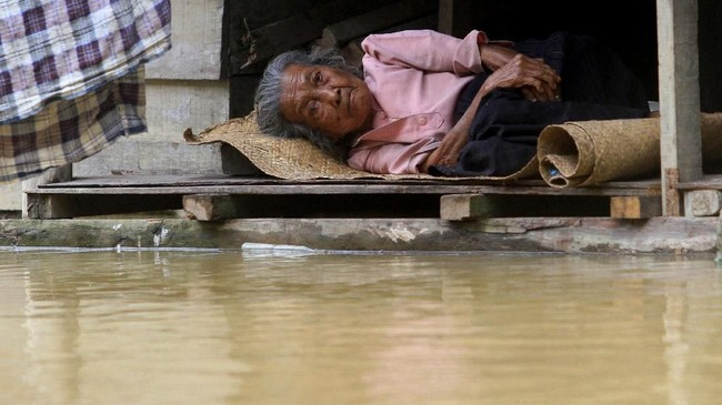 Badan Nasional Penanggulangan Bencana mencatat ada 2.501 kepala keluarga yang terdampak banjir atau 8.118 jiwa. (ANTARA FOTO/Syifa Yulinnas)