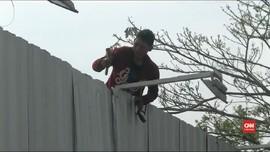 VIDEO: Pekerja Robohkan Pagar Proyek Meikarta