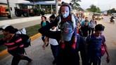 Pemerintah Honduras pun langsung bertindak, melarang warganya ikut serta dalam konvoi tersebut. (Reuters/Jorge Cabrera)
