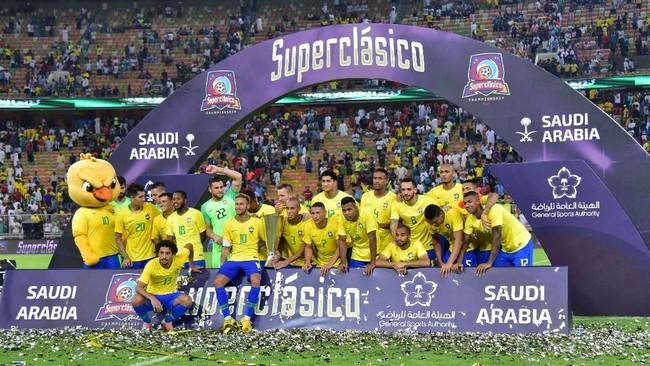 Penyelenggara pertandingan di Jeddah menyiapkan panggung selebrasi seusai laga bertajuk Superclasico. Para pemain Brasil merayakan kemenangan seperti tim juara Piala Dunia. (REUTERS/Waleed Ali)