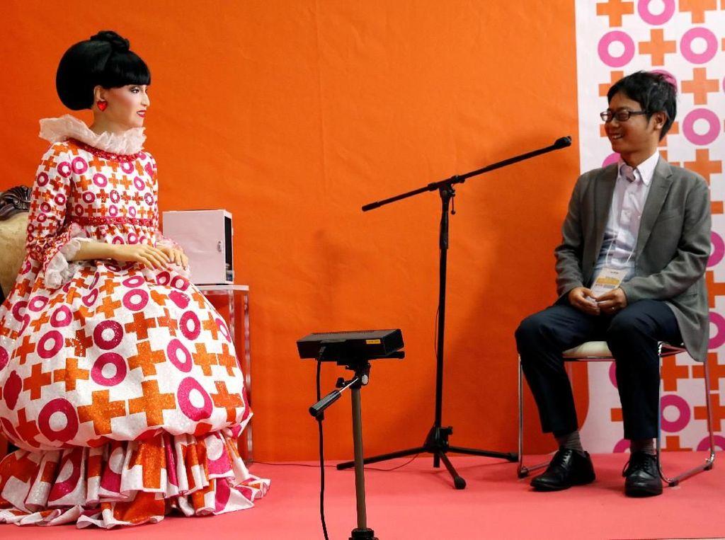 Salah satu robot yang menarik perhatian dalam pameran itu adalah robot Totto yang merupakan versi robot dari penulis sekaligus publik figur terkenal Jepang bernama Tetsuko Kuroyanagi. Robot Totto merupakan sebuah robot android yang memiliki penampilan dan suara menyerupai Tetsuko, robot Totto pun dikabarkan akan tampil dalam drama terbaru Tetsuko Kuroyanagi yang akan mengangkat cerita tentang masa kanak-kanak sang penulis yang juga terkenal dengan judul buku Totto-chan: Gadis Cilik di Jendela. Kim Kyung-Hoon/Reuters.