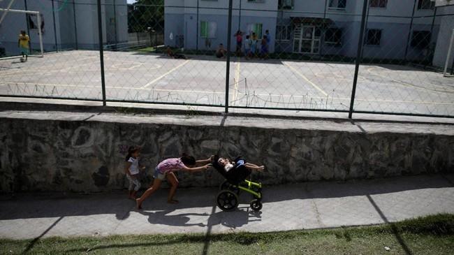Mereka 'terpaksa' melepaskan impian lantaran harus merawat sang anak selama 24 jam sehari. Tak jarang juga di antara mereka yang mencari kenyamanan di antara ibu-ibu senasib. (REUTERS/Ueslei Marcelino)