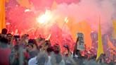 Tak ketinggalan, suporter juga merayakan kegembiraan dengan menyalakan flare atau asap suar di tribune penonton. (REUTERS/Waleed Ali)