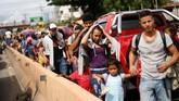 Sebagian dari mereka menembus perbatasan Guatemala dengan mudah, kemudian berkumpul bersama para pengendara karavan lainnya. (Reuters/Edgard Garrido)