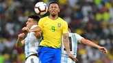 Striker Brasil, Gabriel Jesus, mendapat kawalan sengit dari pemain duo pemain Argentina, Rodrigo Battaglia dan Nicolas Tagliafico. (REUTERS/Waleed Ali)