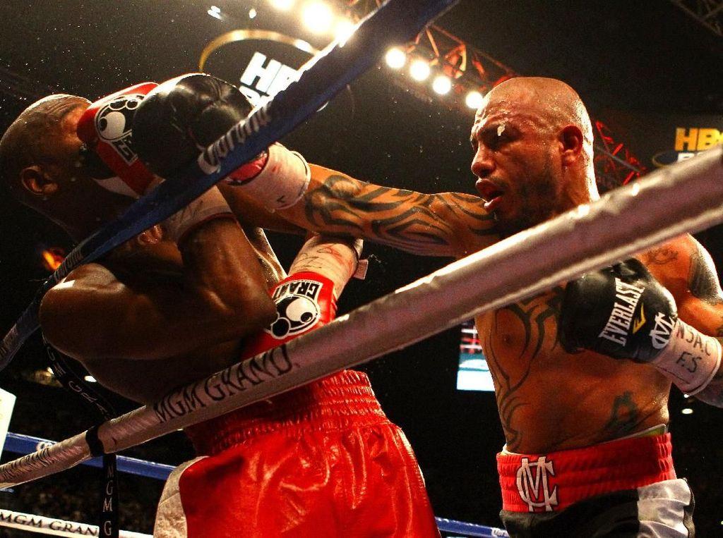 Mayweather Jr kemudian menantang juara WBA kelas menengah ringan, Miguel Cotto di MGM Grand Garden, 5 Mei 2012. Mayweather Jr menang angka dalam duel sengit itu. (Foto: Al Bello/Getty Images)