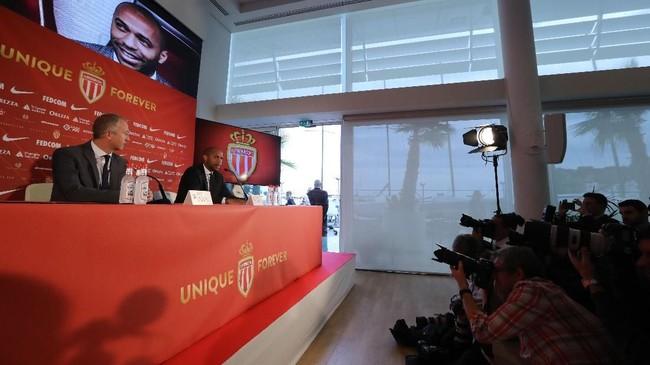 Thierry Henry menjadi pelatih AS Monaco setelah memiliki modal sebagai asisten pelatih timnas Belgia di bawah Roberto Martinez. Henry menggantikan posisi Leonardo Jardim yang dipecat pada pekan lalu. (Valery HACHE / AFP)