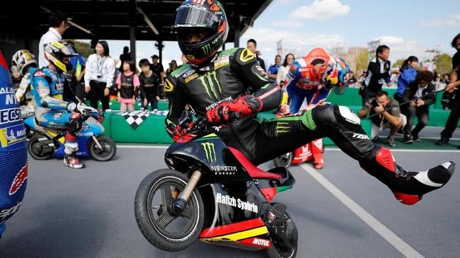 Pebalap Monster Yamaha Tech 3 asal Malaysia Hafizh Syahrin mengendarai sepeda motor mini listrik di Sirkuit Mini Motegi, Jepang. (REUTERS/Toru Hanai)