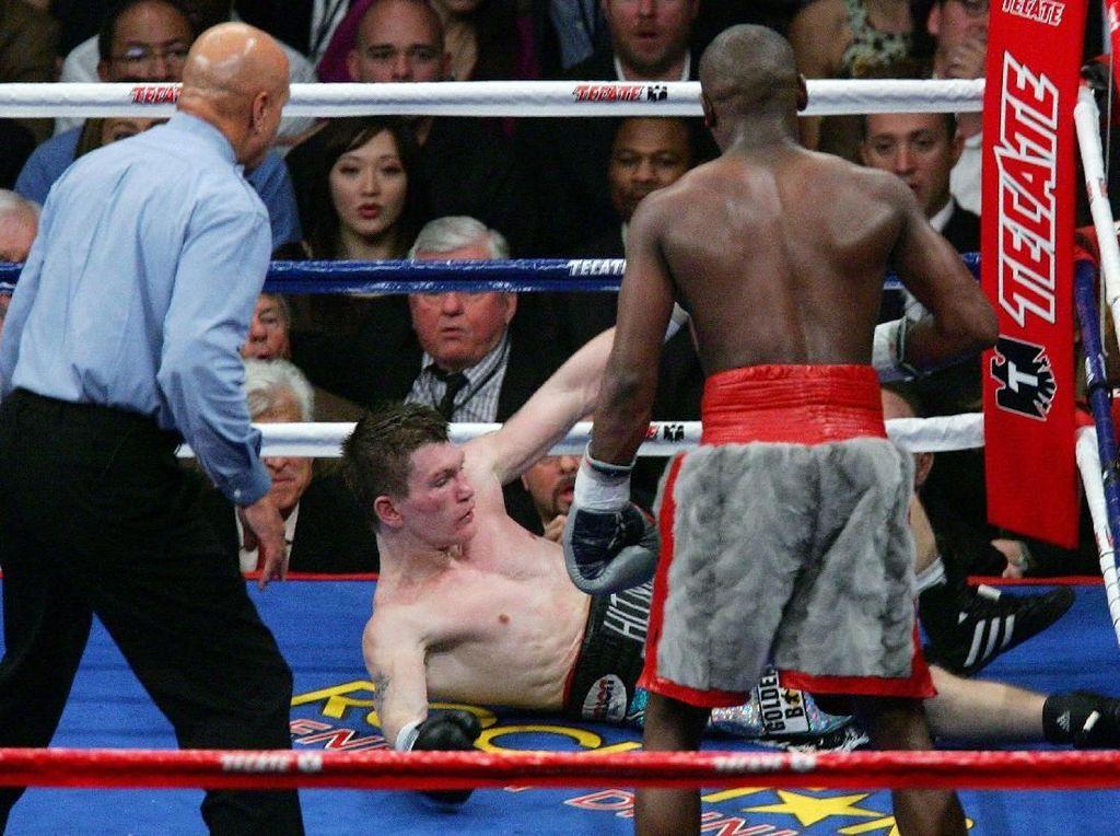 Mayweather Jr lantas menggelar duel pertahanan gelar WBC-nya dengan menghadapi Ricky Hatton di MGM Grand Garden Arena pada 8 Desember 2007. Mayweather Jr menang TKO di ronde kesepuluh kala itu. (Foto: Ethan Miller/Getty Images)