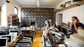 FOTO: Kolektor Asal Austria Punya 1.100 Unit Komputer Apple