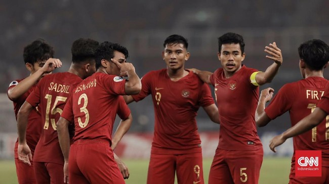 Para pemain Timnas Indonesia U-19 menjamu Taiwan pada laga pertama Grup A Piala Asia U-19 2018 di Stadion Utama Gelora Bung Karno, Jakarta, Kamis (18/10). (CNN Indonesia/Hesti Rika)