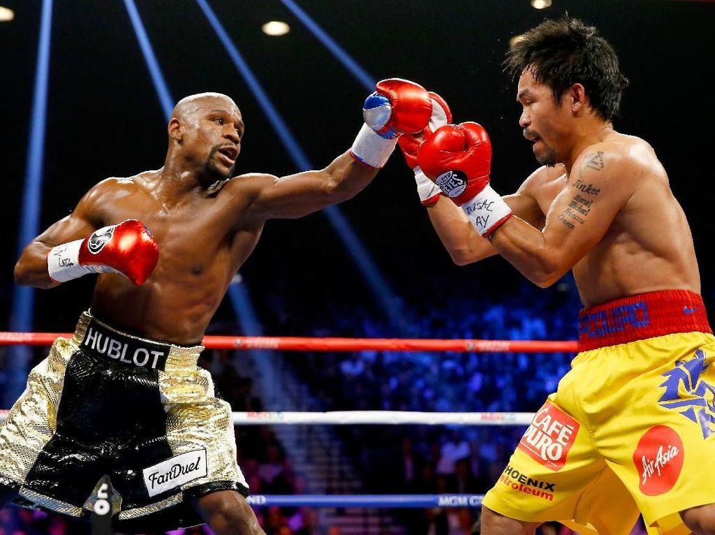 Fight of the Century, itulah tajuk duel antara Mayweather Jr vs Manny Pacquiao di MGM Grand Garden Arena, Las Vegas, 2 Mei 2015. Dalam duel dengan bayaran termahal itu dan sudah lama dinanti pecinta tinju itu, Mayweather Jr menang angka mutlak dari rival bebuyutannya. (Foto: Al Bello/Getty Images)