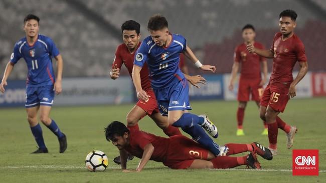 Timnas Taiwan U-19 hanya butuh waktu dua menit untuk menyamakan kedudukan melalui Wang Chung Yu yang menerima umpan silang Will Donkin (biru). (CNN Indonesia/Hesti Rika)