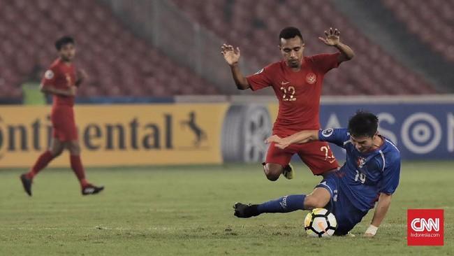 Penyerang Timnas Indonesia U-19 Todd Rivaldo Ferre berusaha melewati salah satu pemain Taiwan. Pemain Persipura Jayapura itu belum mampu tampil maksimal bersama tim Garuda Nusantara. (CNN Indonesia/Hesti Rika)
