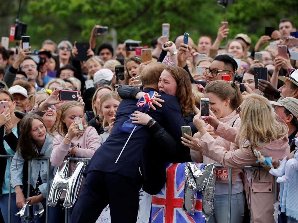 Foto: Momen Fans Histeris Dipeluk Pangeran Harry di Melbourne