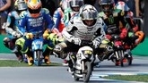 Pebalap Angel Nieto Team Alvaro Bautista (depan) memimpin balapan motor mini di Motegi. (REUTERS/Toru Hanai)