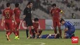 Pemain Timnas Indonesia U-19 Muhamad Luthfi Kamal membantu salah satu pemain Taiwan yang mengalami kram di lapangan. (CNN Indonesia/Hesti Rika)