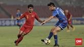 Bek Timnas Indonesia U-19 Asnawi Mangkualam berusaha merebut bola dari kaki pemain Taiwan. Skor imbang tanpa gol bertahan hingga akhir babak pertama. (CNN Indonesia/Hesti Rika)