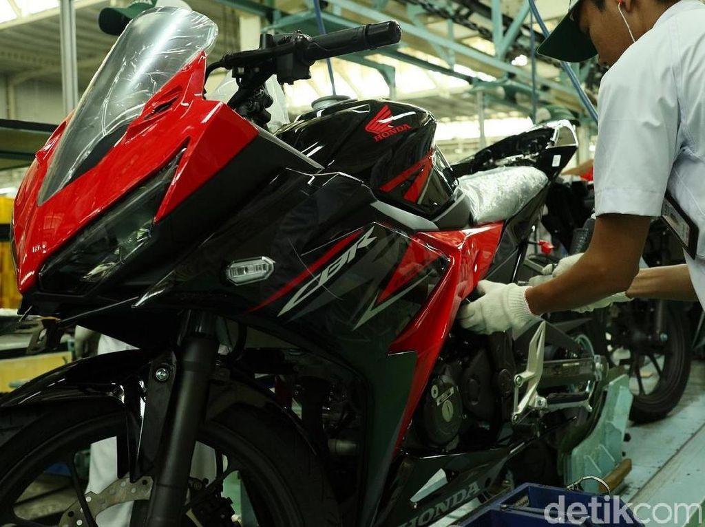Honda CBR150R yang memiliki 4 varian warna untuk masing-masing tipe. Matte Black dan Victory Black Red dipasarkan dengan harga OTR (On The Road) Jakarta Rp 33.800.000 untuk tipe STD dan Rp 37.800.000 untuk tipe ABS. Sementara pilihan warna Honda Racing Red dipasarkan dengan harga On The Road (OTR) Jakarta Rp 34.500.000 untuk tipe STD dan Rp 38.500.000 untuk tipe ABS. Warna MotoGP Edition dipasarkan dengan harga On The Road (OTR) Jakarta Rp 34.700.000 untuk tipe STD dan Rp 38.700.000 untuk tipe ABS. Foto: Dok. Astra Honda Motor