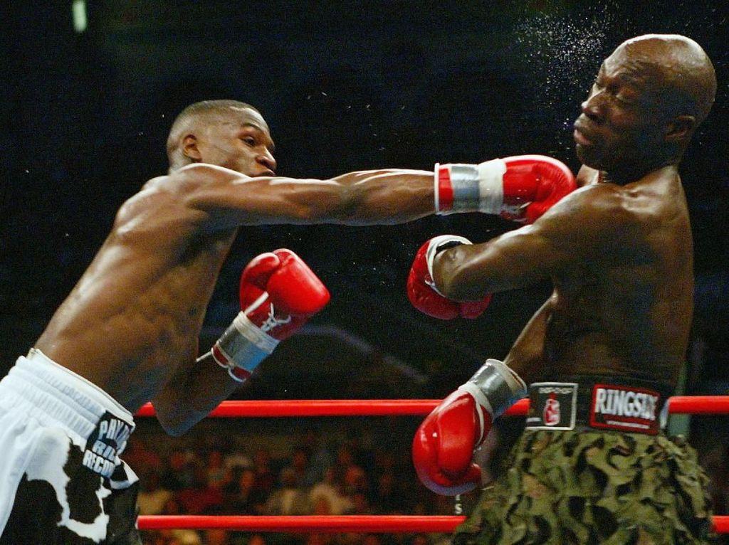 Pada 22 Mei 2004, Mayweather Jr meladeni Demarcus Corley di Broadwalk Hall, Atlantic City, New Jersey. Meski tak memperebutkan sabuk juara, laga berjalan sengit di mana Mayweather Jr akhirnya memenangkan duel dengan keputusan unanimous decision. (Foto: Al Bello/Getty Images)