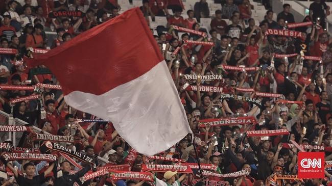 Meski tidak banyak, suporter Timnas Indonesia U-19 tetap berusaha memberikan dukungan yang maksimal di Stadion Utama Gelora Bung Karno. (CNN Indonesia/Hesti Rika)