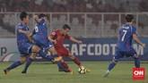 Pesepakbola Timnas Indonesia U-19 Egy Maulana Vikri berusaha melewati lini pertahanan Taiwan U-19. Egy Maulana mendapatkan kawalan ketat di babak pertama. (CNN Indonesia/Hesti Rika)