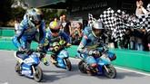 Pebalap Reale Avintia Racing Xavier Simeon (kiri), Suzuki Alex Rins (tengah) dan Marc VdS Thomas Luthi bersaing ketat pada balapan motor mini. (REUTERS/Toru Hanai)