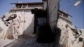 Abu Nimr, 36 tahun, berdiri dekat burung-burung merpatinya di kamp Palestina Yarmouk, di Damaskus, Suriah. (REUTERS/Omar Sanadiki)