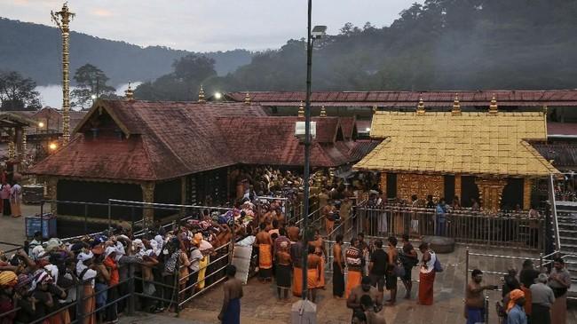 Bagi umat Hindu, wanita yang sedang menstruasi dianggap sedang dalam keadaan tidak suci. Sehingga di beberapa tempat melarang wanita berusia subur untuk masuk ke kuil mereka. (REUTERS/Sivaram V)