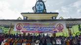 Kelompok Hindu yang membela aturan kuil menyebut bahwa pelarangan itu penting karena Dewa Ayyappan yang dipuja di kuil itu dianggap menjalani hidup selibat abadi. (Photo by ARUN SANKAR / AFP)