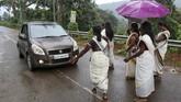 Mereka melakukan pencegahan di jalan-jalan dan pintu masuk kuil untuk mengecek apakah ada wanita yang tak sesuai ketentuan untuk akan masuk kuil. (REUTERS/Sivaram V)