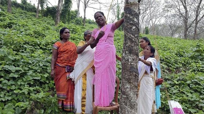 Beberapa kelompok wanita dari grup Shiv Sena mengancam akan melakukan bunuh diri jika wanita berusia subur memasuki kuil itu.(REUTERS/Sivaram V)