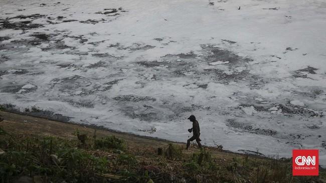 Buih busa dan bau menyengat di Kali Bekasi telah terjadi sejak delapan tahun terakhir. (CNN Indonesia/Adhi Wicaksono)