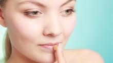 Bahaya di Balik Kebiasaan Oles Lip Balm dengan Jari