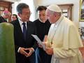 Moon Sampaikan Undangan Kim Jong-un ke Paus Fransiskus