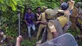 Polisi dikerahkan untuk berjaga di kuil untuk mencegah terjadinya tindak kekerasan. (REUTERS/Stringer)