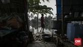 Budaya membuang sampah sembarangan dan limbah dari rumah warga berada di bantaran Kali Bekasi turut menjadi faktor pencemar. (CNN Indonesia/Adhi Wicaksono)