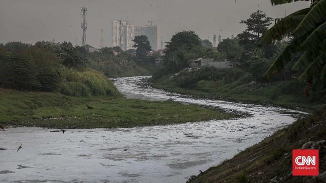 Kali Bekasi kembali tercemar. Peristiwa ini diduga akibat sampah organik, domestik, dan peningkatan surfaktan detergen yang masuk ke sungai. (CNN Indonesia/Adhi Wicaksono)