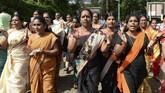 Sehingga wanita berusia 10-50 tahun yang berada di masa menstruasi dilarang beribadah di kuil itu. (Photo by ARUN SANKAR / AFP)