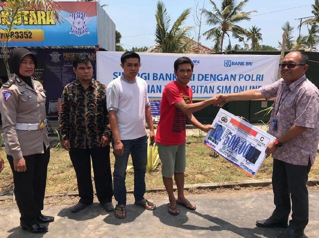 Bank BRI bersama Kepolisian Republik Indonesia (POLRI) bersinergi memberikan pelayanan penerbitan SIM Online secara gratis kepada korban bencana alam Lombok , Palu, Sigi, Donggala.Foto: dok. BRI