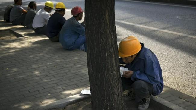Melihat ada risiko, Gubernur Bank Sentral China Yi Gang mengaku masih akan melihat sisi lain untuk melakukan penyesuaian suku bunga dan tingkat bank yang akan dijadikan cadangan.(Photo by WANG Zhao / AFP).