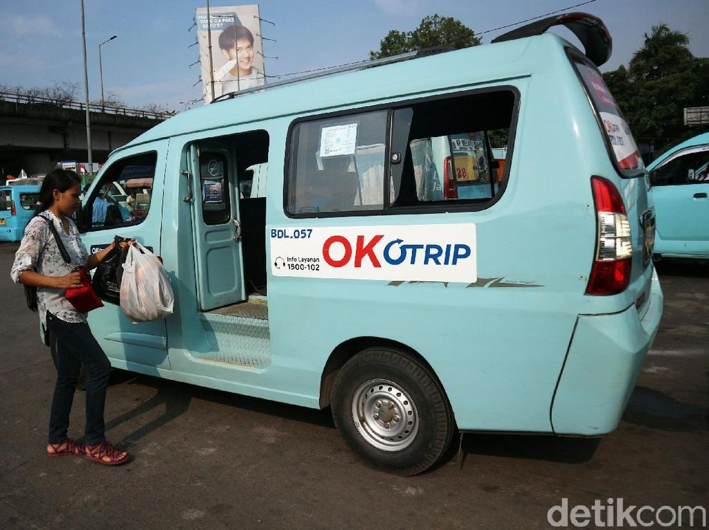 Seorang penumpang menaiki angkot OK Otrip jurusan Kampung Melayu-Duren Sawit di Terminal Kampung Melayu, Jakarta, Jumat (19/10/2018).