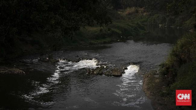 Dinas Lingkungan Hidup Kota Bekasi sudah menindak empat perusahaan terbukti membuang limbah ke Kali Bekasi. Penanganan serius dibutuhkan supaya Kali Bekasi tidak bernasib sama dengan Sungai Citarum. (CNN Indonesia/Adhi Wicaksono)