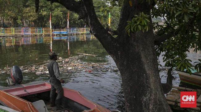 Padahal dulu air Kali Bekasi dimanfaatkan untuk mandi, mencuci, irigasi, hingga perikanan. Namun, sejak 1990-an manfaat itu hilang karena sungai tercemar limbah. (CNN Indonesia/Adhi Wicaksono)