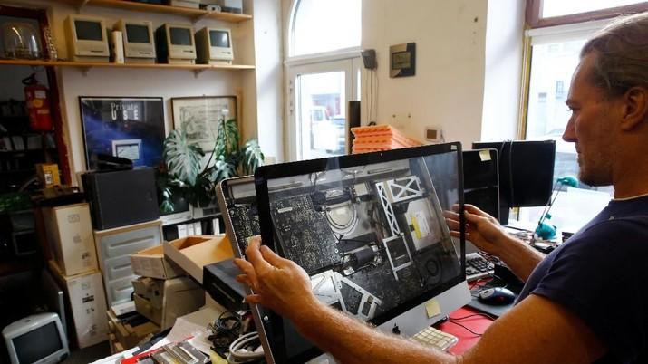 Roland Borsky seorang ahli reparasi komputer Austria ini mengumpulkan gadget Apple tua terbanyak sedunia.