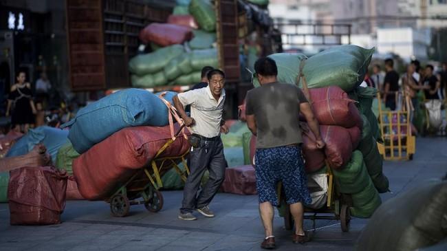 Pemicunya didorong oleh data ekonomi terbaru Negeri Tirai Bambu yang menunjukkan pelemahan di sektor permintaan domestik. (Johannes EISELE/AFP).
