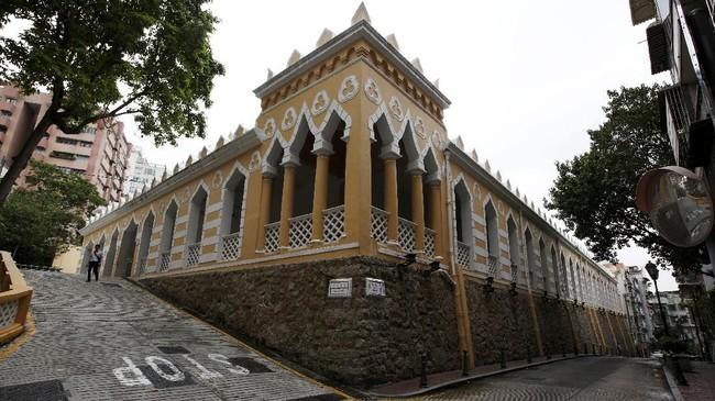 Moorish Barracks di Makau, China. Berarsitektur neo-klasik, bangunan ini dibangun pada tahun 1874 oleh Portugis untuk menampung pasukannya yang berasal dari Goa, India. Saat ini bangunan berseharah ini dijadikan kantor Biro Maritim Makau.