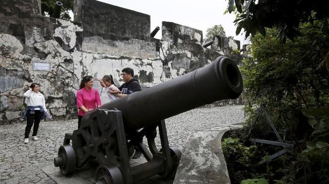 Turis asyik berfoto di benteng Fortaleza do Monteyang. Pemerintah Makaumenawarkan potongan sejarah Portugis di negaranya untuk disajikan sebagai objek wisata menarik pendulang turis.